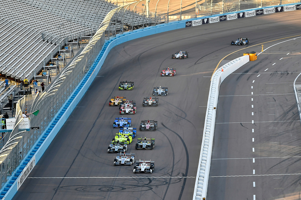 Verizon IndyCar Series<br /> Desert Diamond West Valley Phoenix Grand Prix<br /> Phoenix Raceway, Avondale, AZ USA<br /> Saturday 29 April 2017<br /> Helio Castroneves, Team Penske Chevrolet leads at the start<br /> World Copyright: Scott R LePage<br /> LAT Images<br /> ref: Digital Image lepage-170429-phx-3058