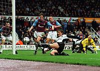 Fotball: Ole Gunnar Solskjær, Man Utd, scores goal no.4 from close range. West Ham United v Manchester United. 16.03.2002.<br />Foto: Andrew Cowie, Digitalsport