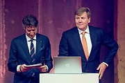 Koning Willem Alexande op de Nationale Vrijwilligersdag, de jubileumbijeenkomst van het Oranje Fonds in de Fabrique in Maarssen. Tijdens de bijeenkomst 'Morgen is Vandaag' staan, naast een terugblik op afgelopen 15 jaar, de ontwikkelingen van het Oranje Fonds voor de komende jaren centraal.<br /> <br /> King Willem Alexande on the National Volunteer Day, the jubilee meeting of the Oranje Fonds in the Fabrique in Maarssen. During the 'Tomorrow is Today' meeting, in addition to a review of the past 15 years, the developments of the Oranje Fonds will be central for the coming years.<br /> <br /> Op de foto / On the photo:  De heer Douwes nodigt de Koning op het podium uit om een interactieve landkaart  te onthullen / Mr. Douwes invites the King to the stage to reveal an interactive map
