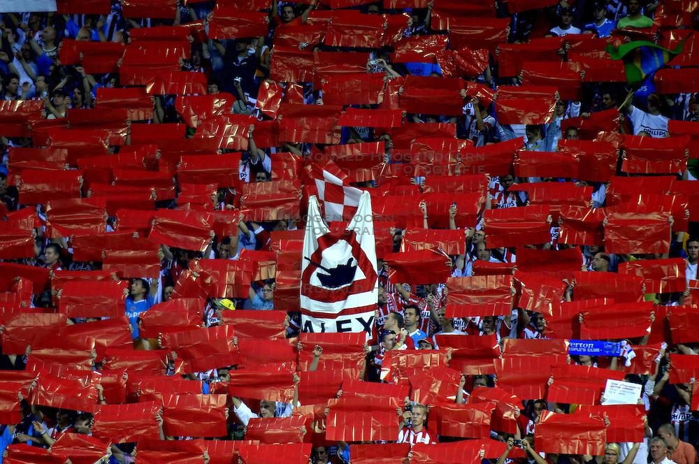 12-09-2006 VOETBAL: CHAMPIONS LEAGUE: PSV - LIVERPOOL: EINDHOVEN<br /> PSV en Liverpool eindigt zoals ze begonnen zijn 0-0 / Support PSV , supporters alex<br /> &copy;2006-WWW.FOTOHOOGENDOORN.NL