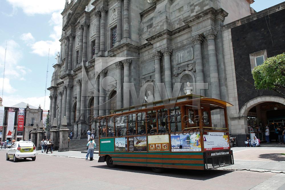 Toluca, México.- Como una forma de promover el turismo en la ciudad de Toluca, se realizan recorridos por los principales edificios históricos, monumentos y museos de la capital mexiquense a bordo de un tranvía de madera,  en un recorrido de aproximadamente 50 minutos los visitantes conocen un poco más de esta ciudad.  Agencia MVT / Crisanta Espinosa