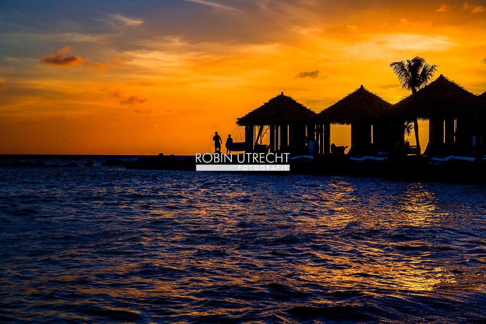ARUBA - Oranjestad vakantie gangers op het strand van aruba met flamingos genieten van het mooie eiland en de zee . cruiseschip , cruise , boot ,  copyright robin utrecht