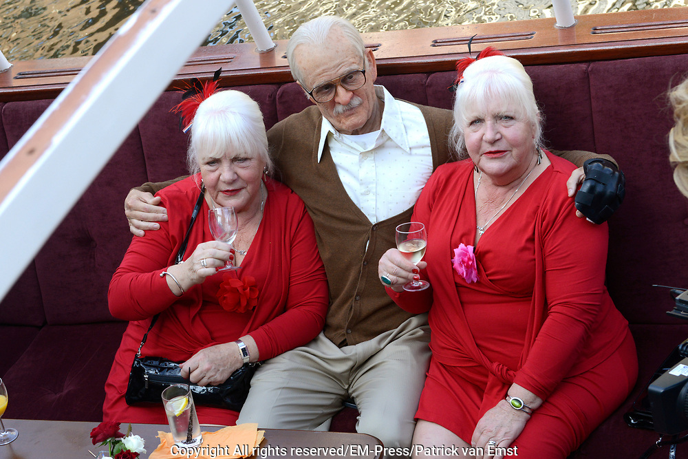 Jackass Johnny Knoxville - Bad Grandpa Perspresentatie in Hotel The Grand, Amsterdam.<br /> <br /> Jackass Johnny Knoxville - Bad Grandpa Press conference at Hotel The Grand, Amsterdam.<br /> <br /> Op de foto / On the photo:  Johnny Knoxville als Grandpa  samen de zussen Louise en Martine Fokkens in de grachten van Amsterdam / Johnny Knoxville as Grandpa together the sisters Louise and Martine Fokkens in the canals of Amsterdam