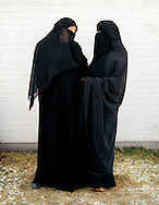 The question if the Muslim veil still was going to be allowed in public schools caused a huge debate in Sweden in 2003, when two young girls in Gothenburg suddenly came to school dressed in their black niqab. Is the veil a symbol of female oppression? Everyone seemed to have an opinion. This is a story about the girls everyone was talking about. .?Nothing can get me with the veil on. It?s like a protection. A safety. You don?t become an object in the same way. But then in a way you do. You?re putting on a lot of values with the veil. But I?d rather fight for them, than act like the person I tried to be to fit in a society I?m not so fond of to begin with. I have liberated myself from this sexist society.?.Elin 26 years old.?Sometimes people confront my husband, and ask him why he oppresses me. Nobody asks me. Instead, they yell at me on the streets: Take of the scarf! Ghost! All Swedes seem to think that it?s a guy that has forced me to dress like this. But I wasn?t even close to get married when I converted to Islam. I?m tired of it. It?s so good to wear the niqab. Then they won?t notice I?m really Swedish.?.Terese 21 years old.Frågan om den muslimska slöjan fortfarande skulle vara tillåten i skolor skapade en enorm debatt i Sverige 2003, när två unga kvinnor i Göteborg plötsligt kom till skolan klädda i sina svarta niqab. Är slöjan en symbol för kvinnoförtryck? Alla verkade ha en åsikt. Det här är en berättelse om flickorna som alla pratade om. .?Ingenting biter på mig med sjalen på. Den blir som ett skydd. En trygghet. Man blir inte ett objekt på samma sätt. Men samtidigt blir man det. Man tar ju på sig en massa värderingar med sjalen. Men jag strider hellre för dem, än att vara den jag försökte spela för att passa in i ett samhälle som jag ändå inte är särkilt förtjust i. Jag har befriat mig från det här sexistiska samhället.?.Elin 26 år.?Ibland kommer det fram människor till min man och frågar varför han förtrycker mig. Ingen frågar mig. De skriker efter mig på