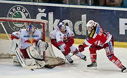 07.04.2011, Volksgarten Arena, Salzburg, AUT, EBEL, FINALE, EC RED BULL SALZBURG vs EC KAC, im Bild Chance für den KAC Reinhard Divis, (EC RED BULL SALZBURG, #38), Thomas Raffl, (EC RED BULL SALZBURG, #05), gegen Stefan Geier, (EC KAC, #19) // during the EBEL Eishockey Final, EC RED BULL SALZBURG vs EC KAC at the Volksgarten Arena, Salzburg, 2011-04-07, EXPA Pictures © 2011, PhotoCredit: EXPA/ J. Feichter
