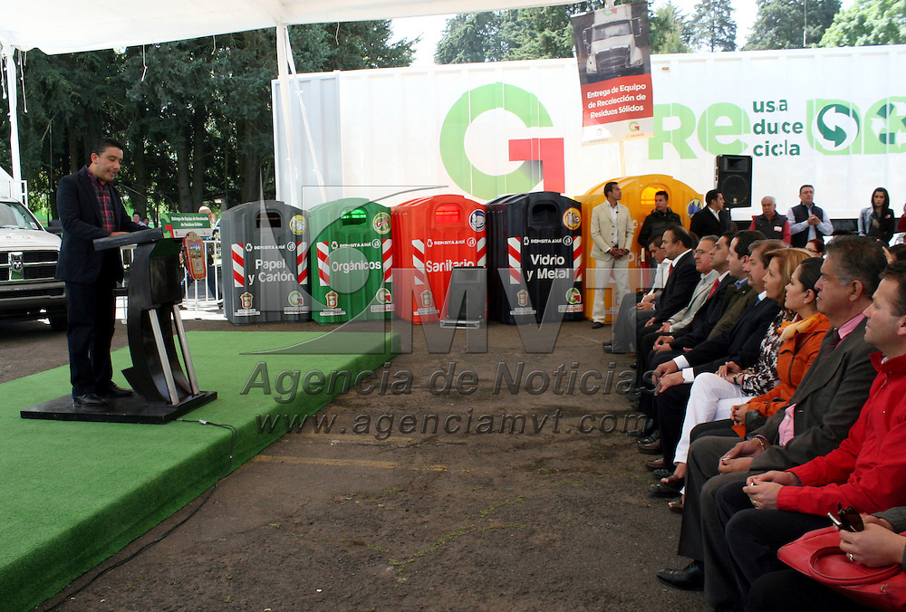 Metepec, México.- Juvenal Cruz Roa, secretario de Medio Ambiente durante la entrega de equipo de recolección de residuos sólidos para 13 municipios mexiquenses.  Agencia MVT / José Hernández