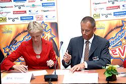 26-08-2005 BASKETBAL: NEDERLAND-BELGIE: GRONINGEN<br /> Nederland kan zich gaan opmaken voor een extra toernooi in Belgrado, waar de laatste strohalm moet worden gepakt ter handhaving in de A-groep. Dat is het gevolg van de 51-62 nederlaag / Visser en Gootjes ondertekenen een samenwerkingscontract.<br /> ©2005-www.fotohoogendoorn.nl