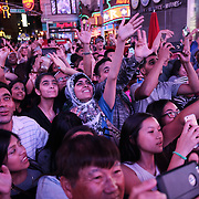 Turisti in Times Square, la più famosa, luminosa e caotica piazza di New York.