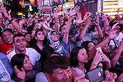 Turisti in Times Square, la più famosa, luminosa e caotica piazza di New York.