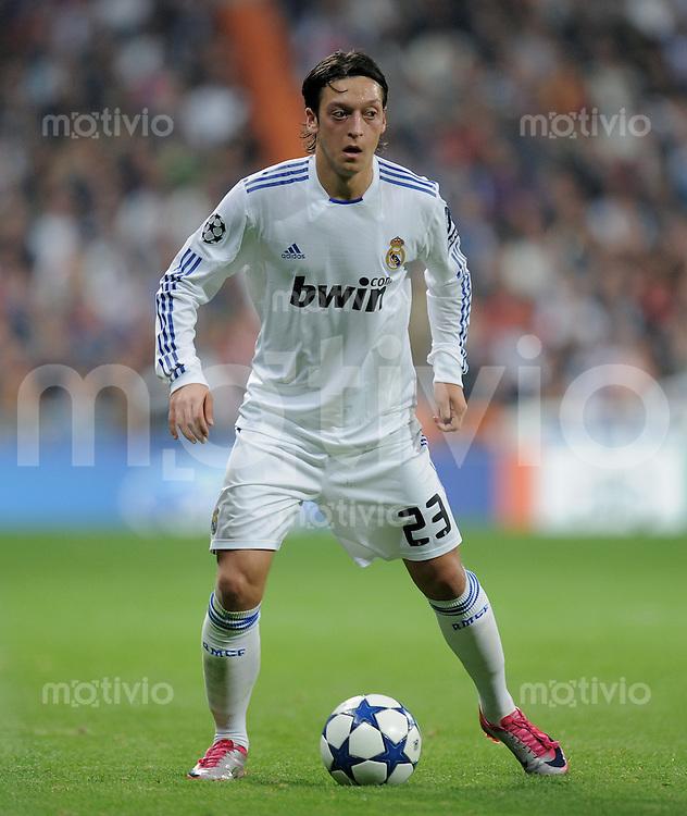 FUSSBALL  INTERNATIONAL  Champions League  Saison   2010/2011   Gruppe G CF Real Madrid - AC Mailand                                      19.10.2010 Mesut OEZIL (Real Madrid) am Ball