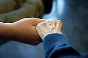 Nederland, Nijmegen, 16-5-2003Hand van oudere en jongere. vergrijzing, zorg, hulp, geriatrie, verpleeghuis, veroudering.Foto: Flip Franssen