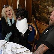 NLD/Amsterdam/20060131 - BN'er hondendiner, protest tegen gebruik proefdieren, Louise van Teylingen en partner Henk Schiffmacher aan tafel met hond
