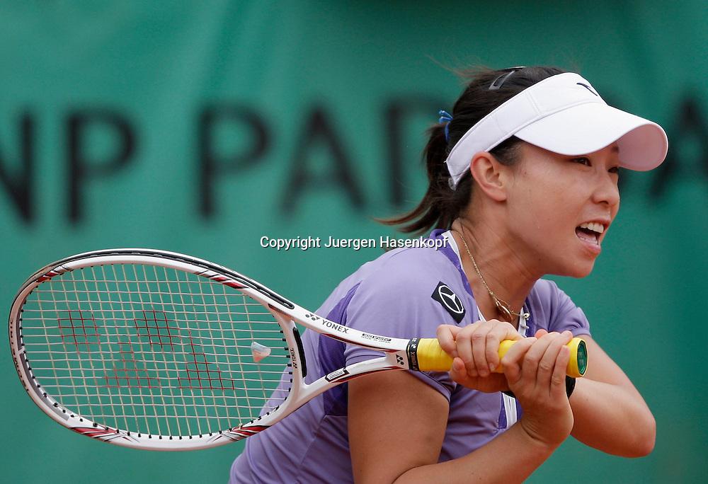 French Open 2009, Roland Garros, Paris, Frankreich,Sport, Tennis, ITF Grand Slam Tournament,.Jie Zheng (CHN) spielt eine Rueckhand,backhand,action,Schlagende..Foto: Juergen Hasenkopf..