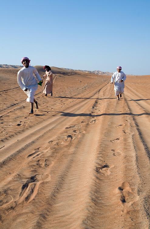 """OMAN Sultanat; Arabische Halbinsel, Golf von Oman; Tourismus; WÜSTE, WAHIBA SANDS: Fahrt zum Wüstenhotel """"1000 Night Camp"""", Beduinenjungen,DESERT, Beduin Boys; 13.03.2008"""
