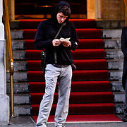 NLD/Amsterdam/20080622 - John Mayer wachtend op zijn taxi voor zijn hotel in Amsterdam