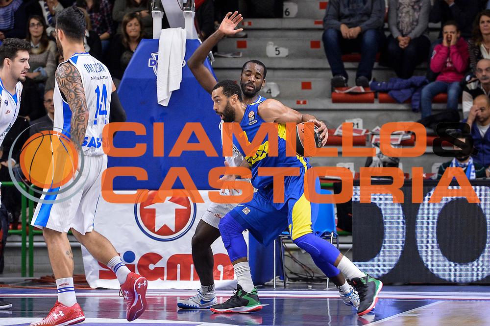 DESCRIZIONE : Eurolega Euroleague 2015/16 Group D Dinamo Banco di Sardegna Sassari - Maccabi Fox Tel Aviv<br /> GIOCATORE : Brian Randle<br /> CATEGORIA : Palleggio Controcampo<br /> SQUADRA : Maccabi Fox Tel Aviv<br /> EVENTO : Eurolega Euroleague 2015/2016<br /> GARA : Dinamo Banco di Sardegna Sassari - Maccabi Fox Tel Aviv<br /> DATA : 03/12/2015<br /> SPORT : Pallacanestro <br /> AUTORE : Agenzia Ciamillo-Castoria/L.Canu