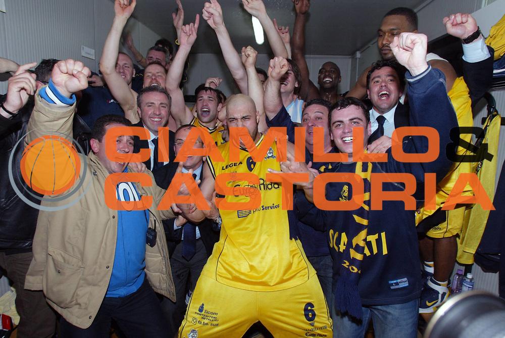 DESCRIZIONE : Scafati Lega A2 2005-06 Eurorida Scafati Carife Ferrara <br /> GIOCATORE : Team Scafati Coppa Spogliatoio <br /> SQUADRA : Eurorida Scafati <br /> EVENTO : Campionato Lega A2 2005-2006 <br /> GARA : Eurorida Scafati Carife Ferrara <br /> DATA : 13/04/2006 <br /> CATEGORIA : Esultanza <br /> SPORT : Pallacanestro <br /> AUTORE : Agenzia Ciamillo-Castoria/G.Ciamillo <br /> Galleria : Lega Basket A2 2005-2006 <br /> Fotonotizia : Scafati Campionato Italiano Lega A2 2005-2006 Eurorida Scafati Carife Ferrara <br /> Predefinita :