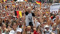 ULMER/POOLFOTO/ Empfang Deutsche Fussball Nationalmannschaft auf der Fanmeile vor dem Brandenburger Tor in Berlin  Fans mit Deutschland-Fahnen.- FIFA Fussball Weltmeisterschaft 2006 in Deutschland FIFA World Cup 2006 in Germany