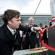 Nederland Barendrecht 16 juni 2007 20070616 .Onthulling kunstwerk door minister van verkeer en waterstaat Camiel Eurlings ter gelegenheid van de opening grootste dakpark in Europa bij treinstation Barendrecht op de dag dat de betuweroute ook officiel in gebruik wordt genomen.   .Het station in Barendrecht is het eerste volledig overdekte NS-station van Nederland waarin in een betonnen dijk tegen de geluidsoverlast, maar liefst negen treinsporen zijn opgenomen, de reguliere NS-spoorlijn met stoptreinen en intercity's, de Hoge Snelheidstrein, HSL en het zware goederentrein van de Betuweroute. Een tien meter hoge glazen wand houdt wind en regen tegen, maar laat door de groen getinte glazen vollop licht binnen. Op de betonnen dijk is het grootste dakpark van Europa aangelegd. ..Foto David Rozing