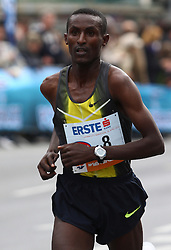 18.04.2010, Wien, AUT, Vienna City Marathon 2010, im Bild Ademasu Mesfin 1 KM vor dem Ziel,  EXPA Pictures © 2010, PhotoCredit: EXPA/ T. Haumer / SPORTIDA PHOTO AGENCY