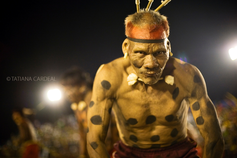 Paixão  is an ancient of the Xavante ethnic group, and was showing a traditional play they use to do with kids on the tribe, with a  story about their myths, where he was painted and moving as a jaguar. <br /> The jaguar gave the original fire to the Xavante People.<br /> Indigenous National Festival at Bertioga city, 2007.