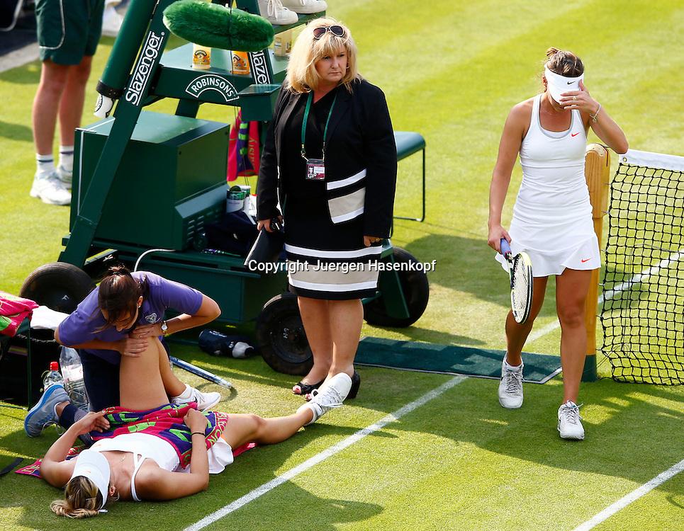 Wimbledon Championships 2013, AELTC,London,<br /> ITF Grand Slam Tennis Tournament,<br /> Maria Sharapova (RUS) liegt auf dem Boden und wird von Physiotherapeutin behandelt,Gegnerin Michelle Larcher De Brito (POR) geht an ihr vorbei, Supervisor Donna Kelso schaut zu,Querformat,Verletzung,