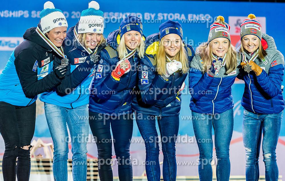 24.02.2019, Medal Plaza, Seefeld, AUT, FIS Weltmeisterschaften Ski Nordisch, Seefeld 2019, Langlauf, Damen, Teambewerb, Siegerehrung, im Bild v.l. Silbermedaillengewinnerin Katja Visnar, Anamarija Lampic (SLO), Weltmeisterin und Goldmedaillengewinnerin Stina Nilsson, Maja Dahlqvist (SWE), Bronzemedaillengewinnerin Ingvild Flugstad Oestberg, Maiken Caspersen Falla (NOR) // f.l. Silver medalist Katja Visnar Anamarija Lampic of Slovenia World champion and Gold medalist Stina Nilsson Maja Dahlqvist of Sweden and Bronce medalist Ingvild Flugstad Oestberg Maiken Caspersen Falla of Norway during the winner ceremony for the ladie's cross country team competition of FIS Nordic Ski World Championships 2019 at the Medal Plaza in Seefeld, Austria on 2019/02/24. EXPA Pictures © 2019, PhotoCredit: EXPA/ Stefan Adelsberger