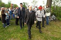 06 MAY 2004, ORANIENBURG/GERMANY:<br /> Peter Struck, SPD, Bundesverteidigungsminister, waehrend einem oeffentlichen Geloebnis von Grundwehrdienstleistenden der Bundeswehr, Schlosspark, Oranienburg<br /> Peter Struck, Federal Minister of Defense, during a swearing-in ceremony of the federal armed forces<br /> IMAGE: 20040506-02-014<br /> KEYWORDS: Vereidigung, öffentliches Gelöbnis