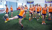 TUCUMAN  Argentinie - Het Nederlands vrouwen hockeyteam bracht de ochtend op de rustdag door met het uitlopen en een partijtje voetbal op een indoor voetbalveldje in de stad. Keeper Joyce Sobroek houdt de bal bal hoog. ANP KOEN SUYK