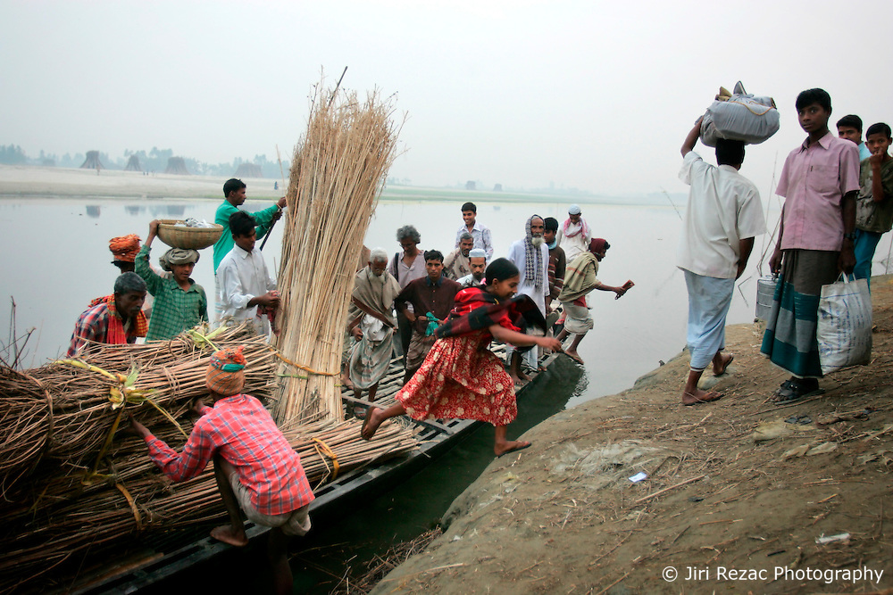 BANGLADESH SIRAJGANJ RADHUNIBARI 30JAN07 - Small ferry boat carries villagers and goods across a tributary of the Jamuna river, an area traditionally prone to flooding during the Monsoon season...jre/Photo by Jiri Rezac..© Jiri Rezac 2007..Contact: +44 (0) 7050 110 417.Mobile:  +44 (0) 7801 337 683.Office:  +44 (0) 20 8968 9635..Email:   jiri@jirirezac.com.Web:    www.jirirezac.com..© All images Jiri Rezac 2007 - All rights reserved.
