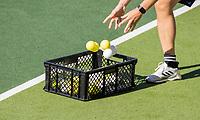 AMSTELVEEN - een  coach raakt de ballen met de handen aan.Het Nederlands elftal heeft toestemming gekregen van het ministerie van VWS, het RIVM en NOC NSF om de groepstrainingen te hervatten tijdens de coronacrisis.  COPYRIGHT KOEN SUYK