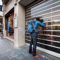 Nederland, Amsterdam , 28 januari 2014.<br /> Polare heeft haar winkels in Nederland tijdelijk gesloten in verband met betalingsproblemen aan het Centraal Boekhuis. Wij doen dit om de toekomst van onze boekwinkels veilig te stellen staat er op de affiche.<br /> Op de foto Polare filiaal (voormalige boekhandel Scheltema) aan het koningsplein.<br /> Foto:Jean-Pierre Jans