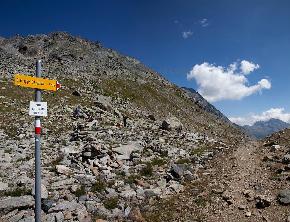 Escursionisti riposano al Passo del Muretto