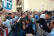 Roma 28 Giugno 2011.Manifestazione per l'emergenza spazzatura a Napoli davanti a Montecitorio.I manifestanti tentano di sfondare il cordone delle forze dell'ordine per arrivare davanti alla camera dei deputati  ma vengono respinti.