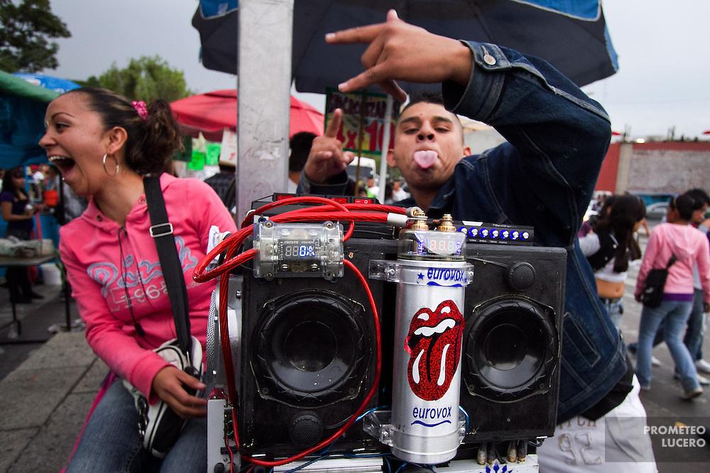 Un vendedor ambulante gesticula tras un aparato de sonido modificado en los alrededores de San Hipólito. (Photo: Prometeo Lucero)