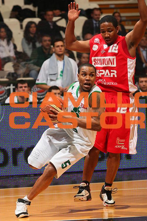 DESCRIZIONE : Bologna Final Eight 2008 Quarti di Finale Montepaschi Siena Scavolini Spar Pesaro <br /> GIOCATORE : Terrell Mc Intyre <br /> SQUADRA : Montepaschi Siena <br /> EVENTO : Tim Cup Basket For Life Coppa Italia Final Eight 2008 <br /> GARA : Montepaschi Siena Scavolini Spar Pesaro <br /> DATA : 07/02/2008 <br /> CATEGORIA : Penetrazione <br /> SPORT : Pallacanestro <br /> AUTORE : Agenzia Ciamillo-Castoria/S.Silvestri <br /> Galleria : Final Eight 2008 <br /> Fotonotizia : Bologna Final Eight 2008 Quarti di Finale Montepaschi Siena Scavolini Spar Pesaro<br /> Predefinita :