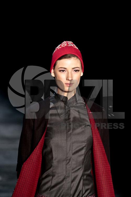 SAO PAULO, SP, 24 DE JANEIRO DE 2012 - SPFW DESFILE FERNANDA YAMAMOTO - Modelo durante desfile da grife Fernanda Yamamoto, no ultimo dia da Sao Paulo Fashion Week (SPFW), colecao outono/inverno 2012, na Bienal do Ibirapuera na regiao sul da capital paulista nessa terça-feira (24). (FOTO: VANESSA CARVALHO - NEWS FREE).
