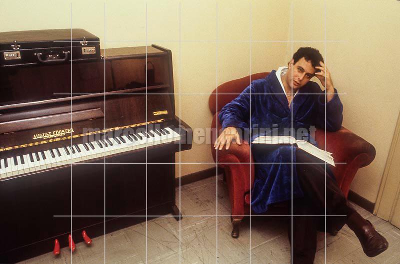 Israeli conductor Dalniel Oren in his dressing room (1981) / Il direttore d'orchestra Daniel Oren in camerino (1981) - © Marcello Mencarini