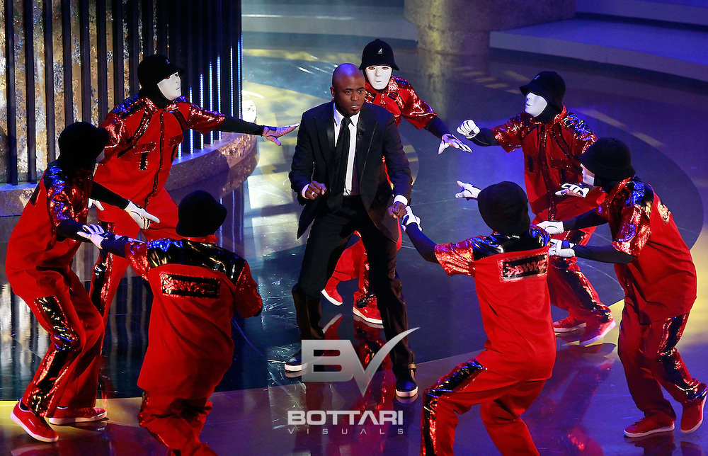 Host Wayne Brady performs with the JabbaWockeez during the Daytime Emmy Awards on Sunday June 19, 2011 in Las Vegas. (AP Photo/Jeff Bottari)