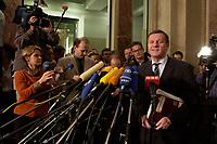 14 DEC 2003, BERLIN/GERMANY:<br /> Wilhelm Schmidt, SPD, 1. Parl. Geschaeftsfuehrer der SPD BT-Fraktion, gibt ein Pressestatement zum Verlauf der Sitzung des Vermittlungsausschusses, Bundesrat<br /> IMAGE: 20031214-01-132<br /> KEYWORDS: Mikrofon, microphone, Journalist, Journalisten