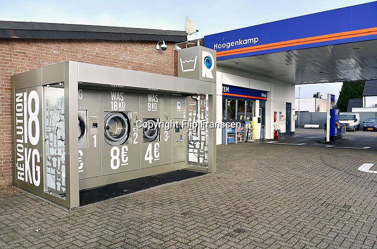 Nederland, Millingen, 19-12-2016Hoogenkamp tankstation heeft als extra service enkele grote wasmachines, wasautomaten op haar terrein gezet. Hier kunnen mensen grote hoeveelheden was wassen.Foto: Flip Franssen