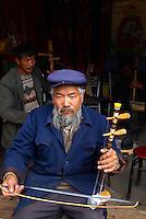 Chine. Province du Yunnan. Village de Baisha, dans les environs de Lijiang. Musicien Naxi. // China. Yunnan province. Baisha village around Lijiang. Musician from Naxi ethnic group.