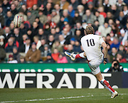 Twickenham. Great Britain, Andy GOODE, the latest to pull on the No. 10, kicks clear, during the Six Nations Rugby, England vs Italy,  Match played at the RFU Stadium, Sat 07.02.2009   [Mandatory Credit. Peter Spurrier/Intersport Images]