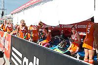 TUCUMAN  Argentinie - De dugout van Oranje wordt zo mogelijk koel gehouden door handdoeken uit het hotel. Het Nederlands vrouwen hockeyteam speelt donderdag tijdens de HWL finaleronde in de kwartfinale tegen de vrouwen van Nieuw-Zeeland. Nederland wint door een doelpunt van Lidewij Welten met 1-0. ANP KOEN SUYK