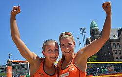 20150630 NED: WK Beachvolleybal day 5<br /> Sophie van Gestel #1 en Jantine van der Vlist #2 hebben hun laatste poulewedstrijd gewonnen. Op de Dam won het Nederlandse duo zojuist in drie sets van Thaise vrouwen Radarong/ Udomchavee. De 2-1 overwinning was precies genoeg om de laatste 32 te bereiken.