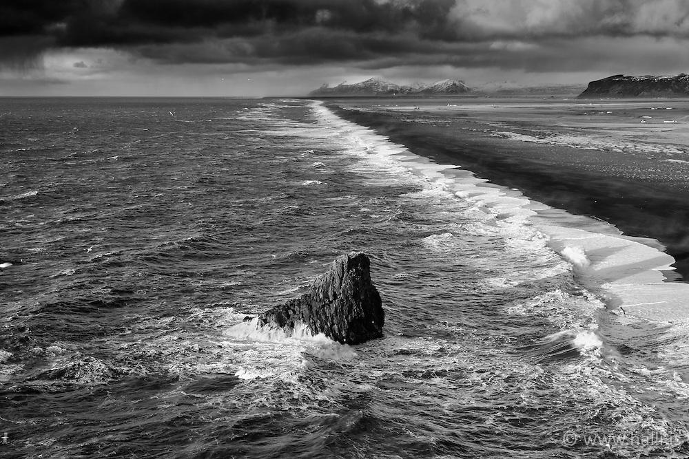 Cliff and rough sea at the coastline near Dyrholaey, Iceland / klettur og brim á ströndinni við Dyrhólaey