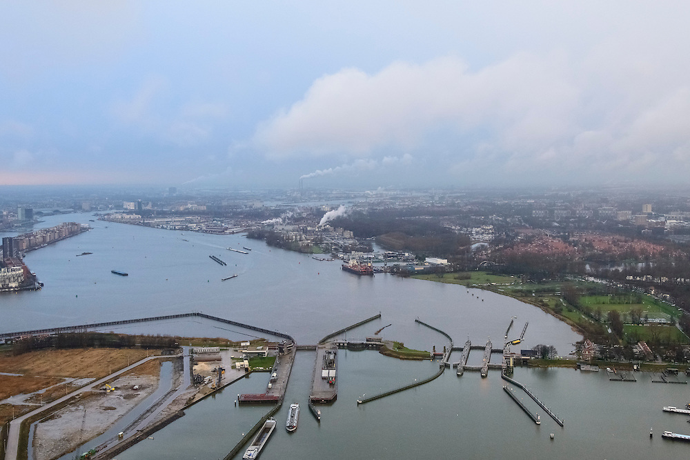 Nederland, Noord-Holland, Amsterdam, 16-01-2014; Overzicht van het IJ, vanaf de Oranjesluizen op een winterse en mistige dag. Rechts Amsterdam-Noord.<br /> Overview of the IJ, seen from the Oranjesluizen on a wintry and foggy day.  Amsterdam-Noord on the right.<br /> luchtfoto (toeslag op standard tarieven);<br /> aerial photo (additional fee required);<br /> copyright foto/photo Siebe Swart