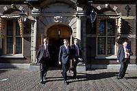 Nederland. Den Haag, 25 maart 2009.<br /> Premier Balkenende en vice-premiers Wouter Bos en Andre Rouvoet op weg naar de Tweede Kamer. waar een verklaring werd afgelegd over de crisismaatregelen. Bij de aanpak van de financiele crisis is een bijdrage van iedereen noodzakelijk. Dat stelde premier Jan Peter Balkenende woensdag in de Tweede Kamer. <br /> Foto Martijn Beekman<br /> NIET VOOR PUBLIKATIE IN LANDELIJKE DAGBLADEN.