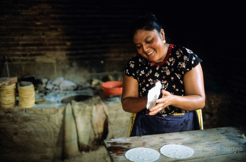 """San Blas Atempa (Tehuantepec). Tehuana cooking """"totopos"""", the local tortilla."""