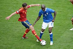 FUSSBALL  EUROPAMEISTERSCHAFT 2012   VORRUNDE Spanien - Italien            10.06.2012 Xabi Alonso (li, Spanien) gegen Mario Balotelli (re, Italien)